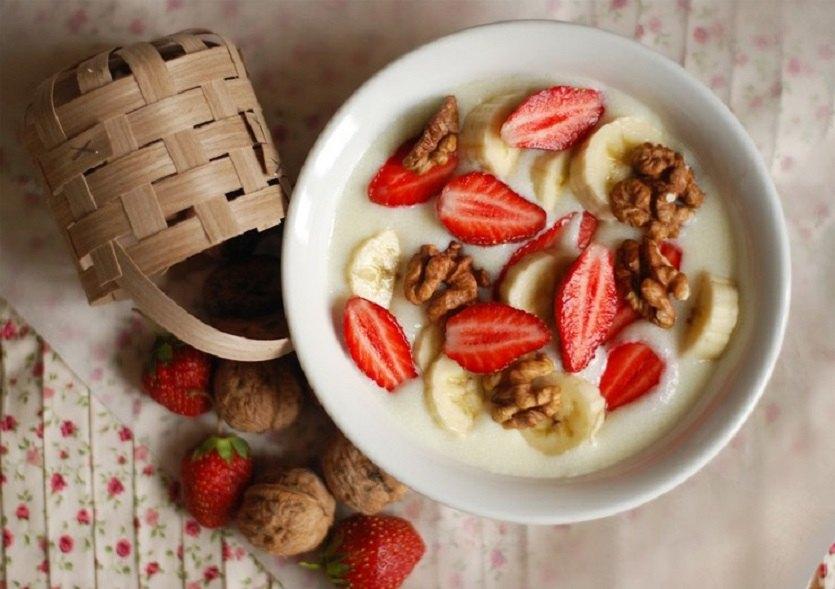манка с фруктами и орехами