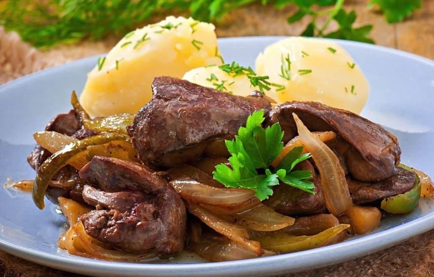 куриная печень с варёной картошкой и овощами